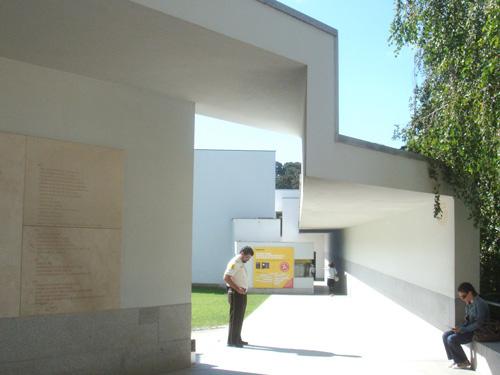 セラルヴェス現代美術館アプローチ
