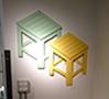 Jongha Choiによる椅子『de-dimension』。壁面にかけてある平面的な椅子が手前の立体的な椅子のように変わる。